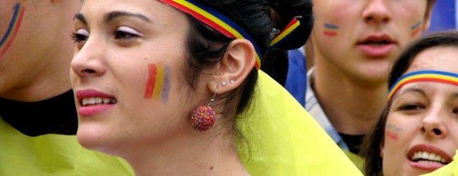 Zeci de persoane în costume naţionale şi cu steaguri româneşti, la liceul din Covasna în semn de solidaritate cu eleva cu bentiţă tricoloră