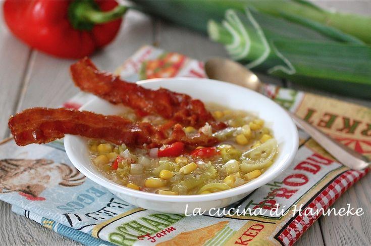 Questa non è la solita minestra! E' una zuppa con quinoa e un insolito mix di verdure: porri, peperoni e mais. Un perfetto e gustoso piatto unico!