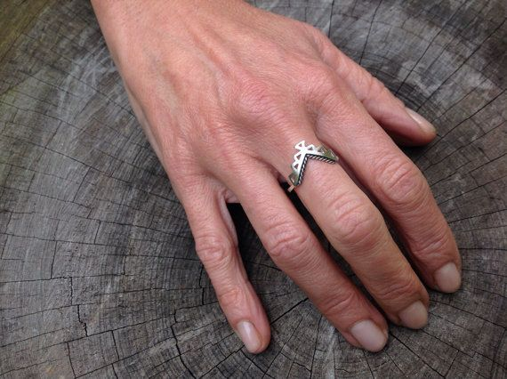Azteekse ring - sierlijke geometrische ring in sterling zilver met filigraan - stapelen ringen - geometrische ring - chevron ring - de ring van de v - v vormige