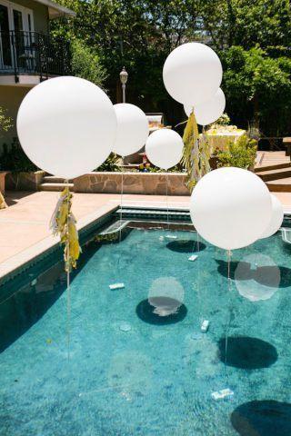 Uma alternativa ao décor com balões é enchê-los de hélio, com um peso na outra ponta da fita para mantê-los acima da piscina. Para caprichar, podem ser colocadas pequenas luzes por dentro deles -- ao cair da noite, eles emitirão um brilho etéreo que deixará o casamento com ares de conto de fadas.