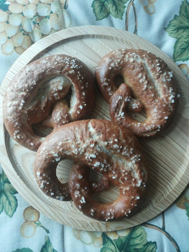 Bretzel Bimby, ecco come preparare il tipico pane tedesco in casa per portare un po' di Germania sulle nostre tavole :) Ingredienti: 500 gr di farina 0, ...