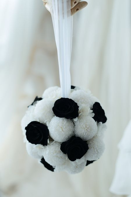 サッカー大好きなご新郎様へ、ご新婦様からサプライズで二次会のブーケをサッカーボール風。おまけでブートニアもサッカーボール仕立てにしてみました。バラの花びら...
