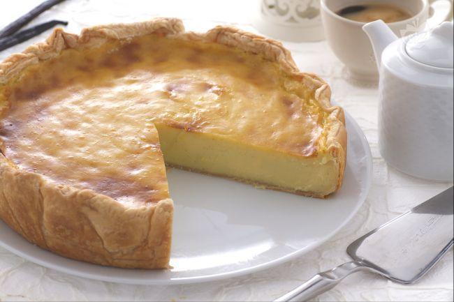 Il flan parisien è una specilità francese: una delicata e avvolgente torta composta da una base di pasta sfoglia ripiena di morbida crema con vaniglia
