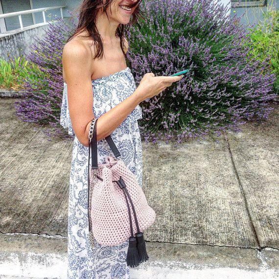 Riesci a sentire il canto degli uccelli? Riesci a vedere le farfalle tutto intorno?-è estate tempo coming☼  Se sei un romantico senza speranza, e il tuo cuore è in sintonia con la natura – – – → questa borsa è solo per te!  Questa borsa a secchiello andrà meravigliosa qualsiasi cosa indossi. Provate a immaginare: quei jeans blu chiaro, camicetta di pizzo, tacchi e questa borsa secchiello rosa polvere - non suona romantico? Il boho seta vestito con un cappello, converse e questa borsa rosa…