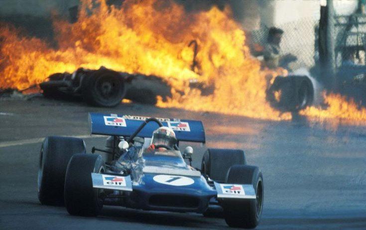 GP España 1970 hace ya 42 años. Jackie Stewart, derrapando sobre la gasolina y el aceite vertido por culpa del accidente que se ve detrás,