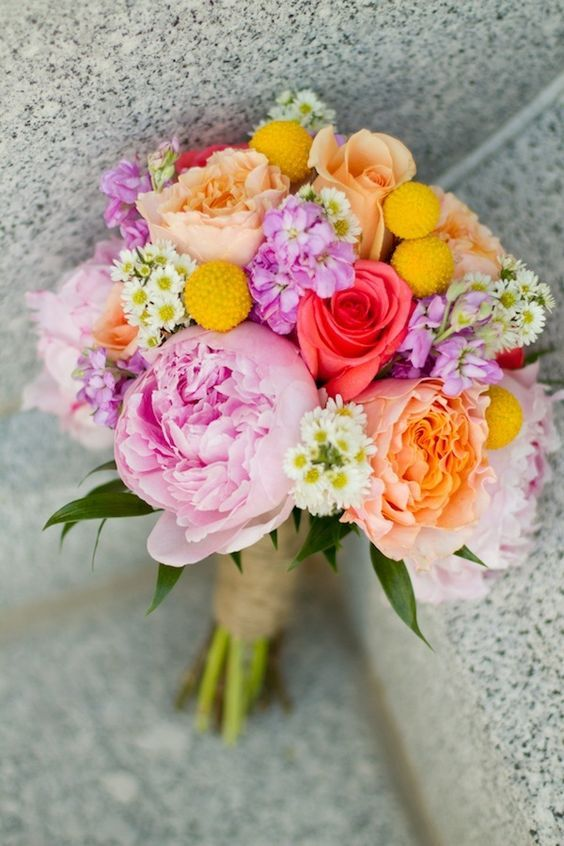 bonito ramo de novia con mezcla de flores
