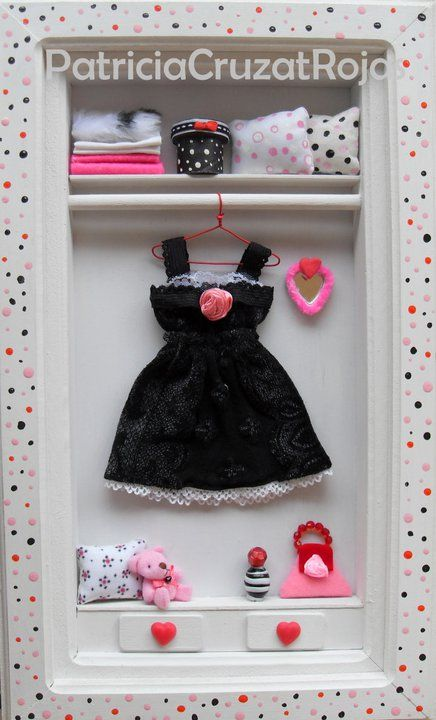 Ropero negro blanco y rosa para niña con miniaturas.