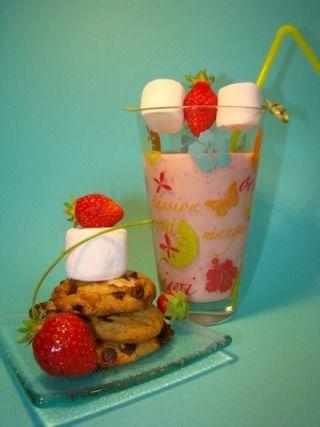 Milkshake fraise vanille de Léa, et ses petits cookies aux pépites de chocolat et éclats de chamallow