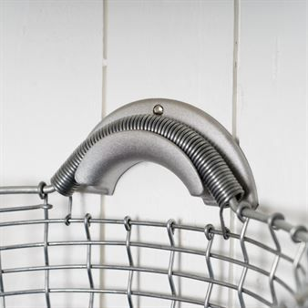 Korbos vägghängare är en stilig och funktionell hängare som kan användas till deras classic och bin-produkter. Den passar utmärkt i hallen eller i trappan där förvaring av exempelvis handskar, tidningar eller annat dylikt kan hänga på ett snyggt och stilrent sätt.