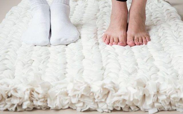 Deinen nächsten Teppich machst Du einfach selbst – und zwar aus alten Fleece-Decken.