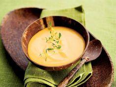 Pane bataatit, sipulit, kasvisliemikuutiot ja vesi kattilaan. Keitä kasvikset kypsiksi.Mausta valkopippurilla ja timjamilla. Soseuta keitto.