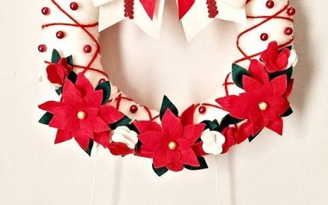 Ghirlanda di Natale in pannolenci Il pannolenci è un materiale facile da usare per realizzare le decorazioni natalizie come questa ghirlanda da appendere nelle vostre case. La realizzazione è semplice e veloce, occorrono lana, pannol #natale #christmas #arte #ghirlanda #home
