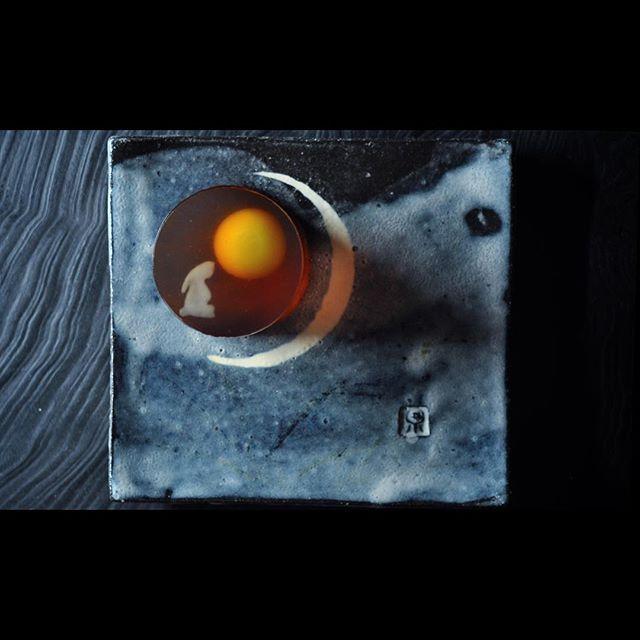 #一日一菓 #菓道 「 #月見兎」 #wagashi of the Day #TukimiUsagi #錦玉羹 製  #皿 #藤倉泉  本日10/4はお月見です。 最近メッキリアジア地味てきてしまい、 「 #仲秋 」 と言えば、 #月餅  みたいな気がしてきてしまっておりましたが、 私の住む神奈川では、  #お月見 と言えば #月見まんじゅう です。 地域により、 #団子 であったり、 #外郎 であったり、 形式は様々ですが、 秋の風物詩である「御月見」 こういった #行事 を上手に後世に残して行きたいものですね。  #JunichiMitsubori #和菓子 #一菓流 #アート #ART #foodstagram #foodjunichi_mitsubori