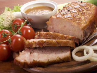 Centro de cerdo en coccion lenta, salsa de tomate y cebolla confitada