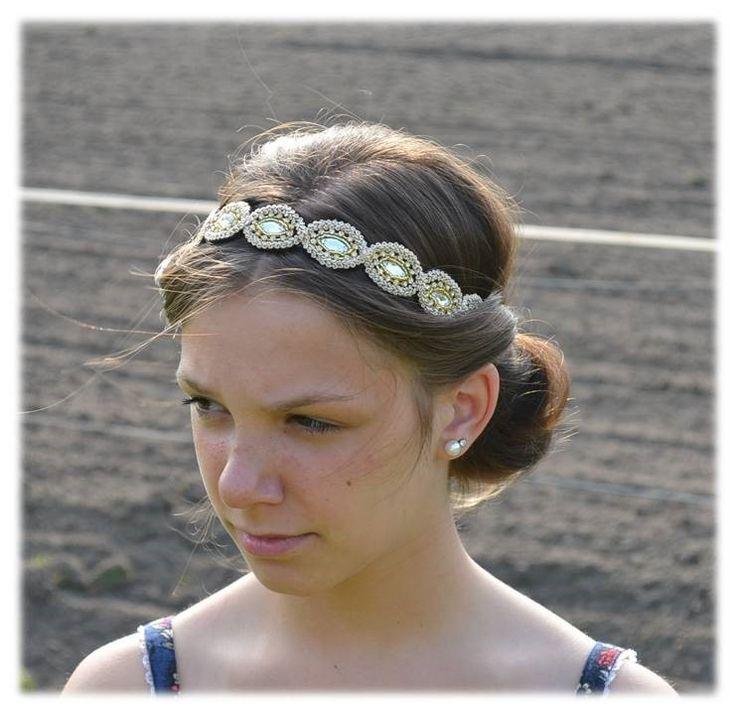 Deze haarband is een exclusief accessoire die een nieuwe look creëert of een oude look nieuw leven inblaast én naadloos aansluit bij de laatste modetrends.