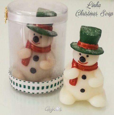 Boneco de neve - linha Christmas Soap 2016 - Glykos #sabonete #saboaria #artesanal #handmade #handmadesoap #soapmaking #soaplove #soapdesign #glicerinsoap #meltandpour #presente #lembrancinha #mimo #festa #natal #christmas #noel #boneco #bonecodeneve #snow #neve #christmassoap #glykos
