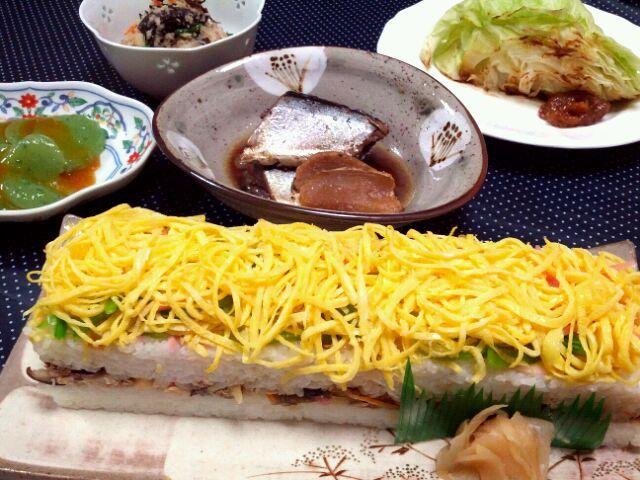 寿司の日だそうで、なんちゃって『大村寿司』を作りました(*´`*)大村寿司・さんまの生姜煮・焼きキャベツ・卯の花・刺身こんにゃく。旦那さんに喜ばれました。良かった! - 27件のもぐもぐ - ふたりde手作り大村寿司 by manimaaru