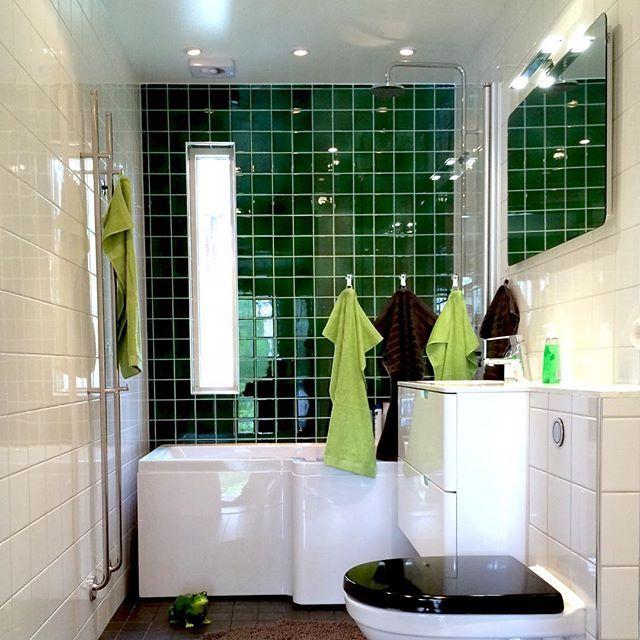 Gäster 7 dagar av 12. Så nystädat så länge har badrummet väl aldrig varit✨✨. Men i morgon är det jobb igen – då återställs oordningen.  #badrum #badrumsrenovering #kakel #gröntärskönt #badrumsinredning #badeværelse  #60talshus #retroinredning #bathroom #badkar
