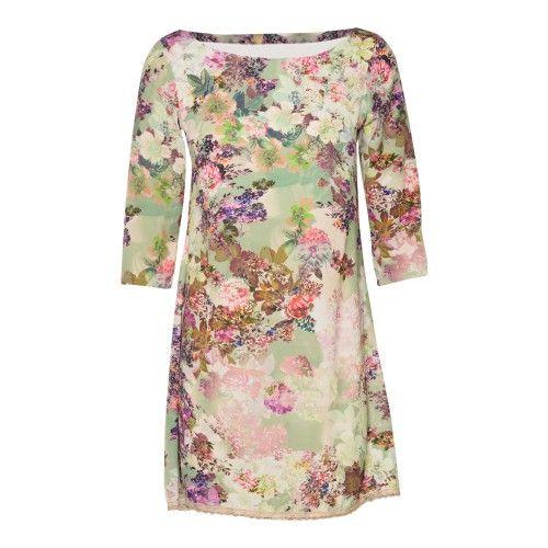 Kort ecru los jurkje met bloemenprint. 3/4 mouwen en open rug. Fijn kanten boordje onderaan. De pop draagt S.