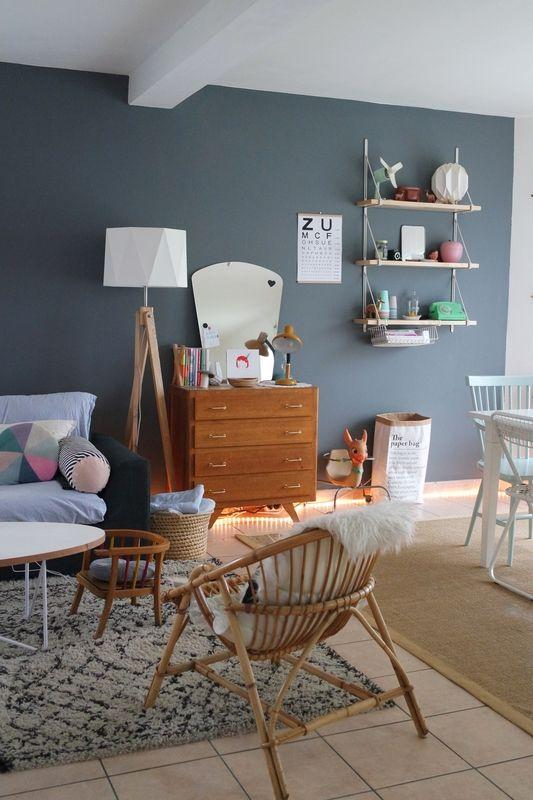 Un salon scandinave avec un fauteuil en rotin