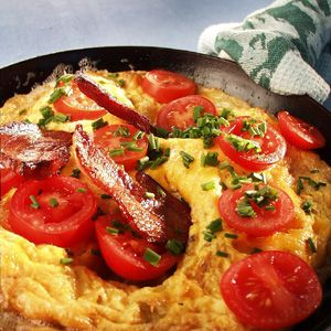 Æggekage med bacon og tomat og purløg