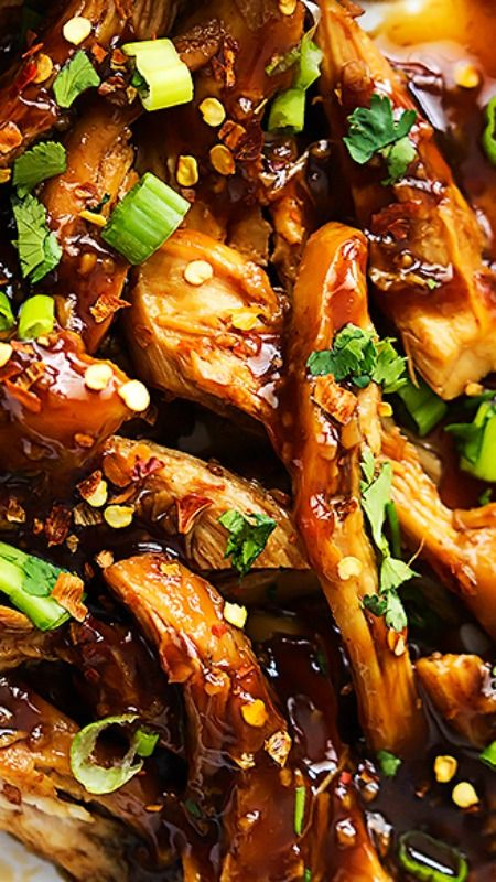 Slow Cooker Honey Garlic Chicken ~ easy, slow cooked juicy chicken smothered in a sweet and spicy Asian garlic sauce that'll have you licking your fingers!