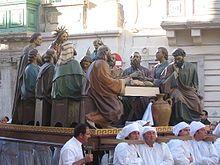 Grupo escultórico de La Última Cena durante la procesión del Viernes Santo en Qormi (Malta)