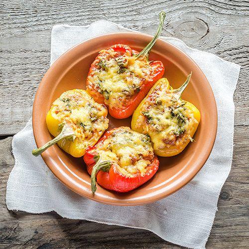 Gevulde paprika's met pittig gehakt, uit het kookboek 'Kook ook - Oven'. Kijk voor de bereidingswijze op okokorecepten.nl.