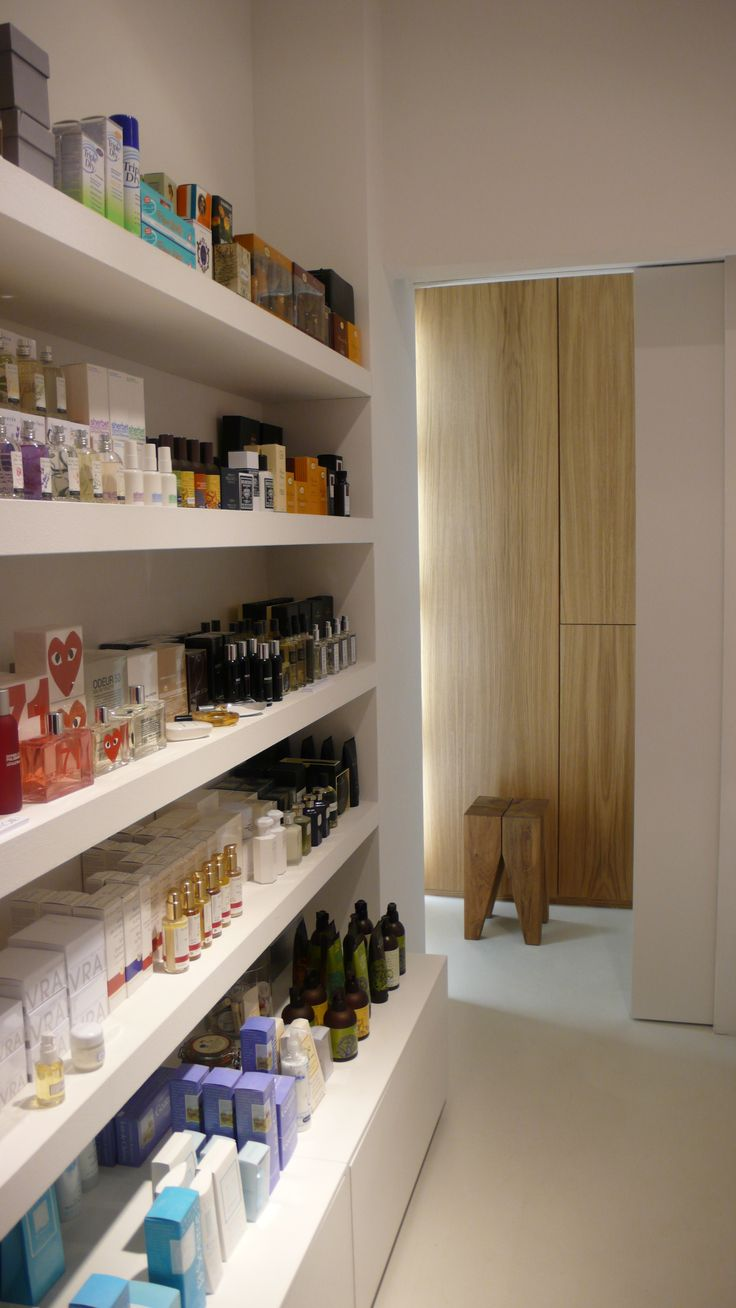 Extensive display areas in multibrand store Simeone in Crema, Italy, with interior design by PHILIPP MAINZER (2009). Photo: Alessio Bolzoni. #fashion #shelf #backenzahn #oak