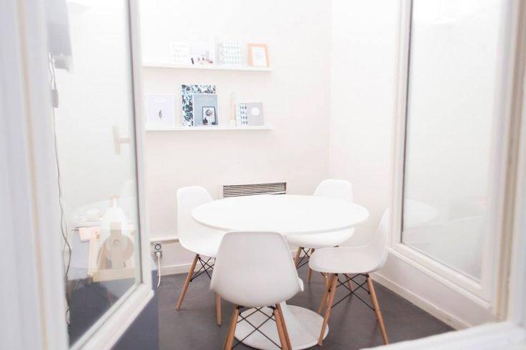 Le style blanc de la petite salle de réunion chez My Little Paris