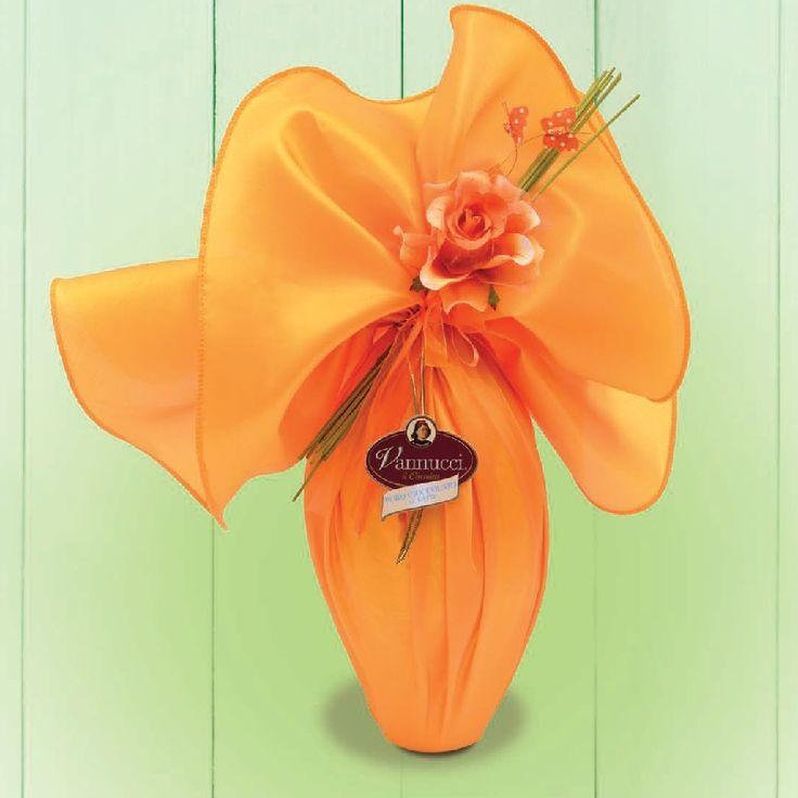 """Σοκολατένιο αβγό """"Butterfly"""" του ιταλικού οίκου Vannucci, από φίνα σοκολάτα γάλακτος, τυλιγμένο με ύφασμα και διακοσμημένο με λουλούδι. Μέσα θα βρείτε και κομψό δωράκι! Καθ.βάρος: 300γρ., Ύψος: 46εκ. www.besweet.gr"""