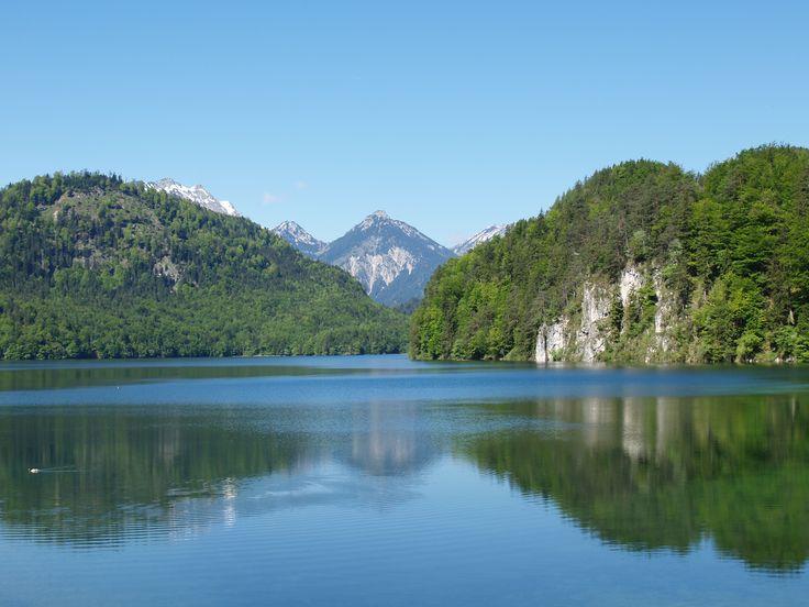 Umgeben von atemberaubender #Natur und den #Königsschlössern #Hohenschwangau und #Neuschwanstein liegt der #Alpsee, der mit seinem klaren Wasser zu einem der schönsten #Seen im #Allgäu gehört.  http://www.dreimaederlhaus.de/de/