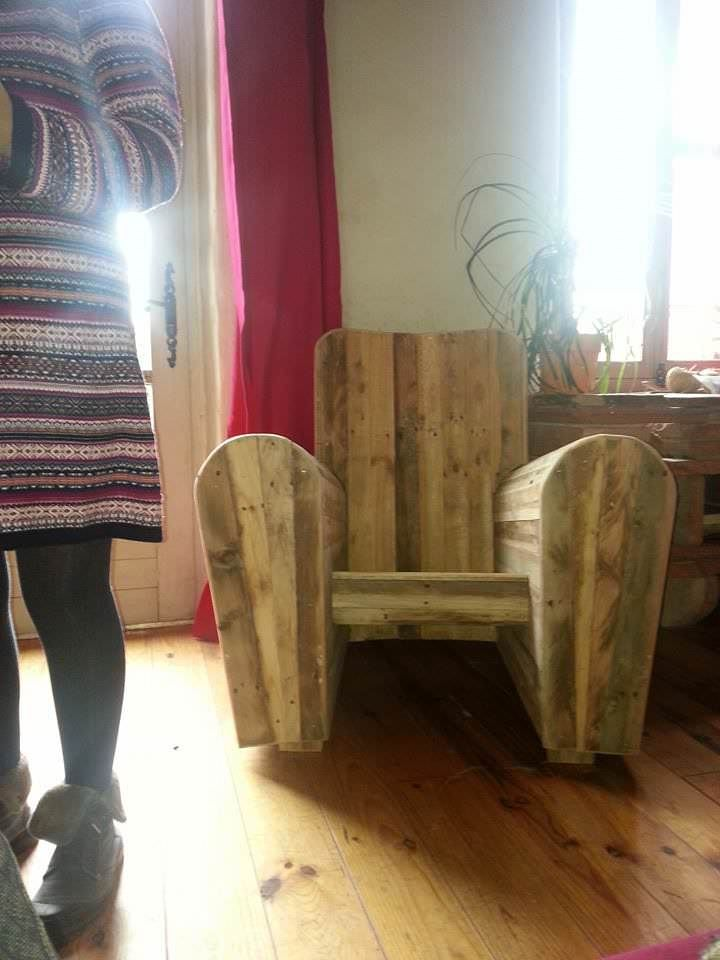 #PalletArmchair, #RecycledPallet We made this club chair with old wooden pallets; it is suitable for both indoor and outdoor (provided you treated it before). It is comfortable and beautiful.    Nous avons fait ce fauteuil club avec de vielles palettes, il convient aussi bien à
