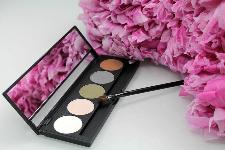 """Специально подобранные оттенки минеральных теней, помогут вам создать профессиональный макияж. Вы можете использовать """"LuRey Five Shade Eyeshadow Palette"""" как влажным, так и сухим способом, для вечернего, или для повседневного легкого, дневного макияжа. Сочетая между собой тени-основу, тени-контур и тени-акцент, вы сможете выгодно подчеркнуть красоту ваших глаз."""