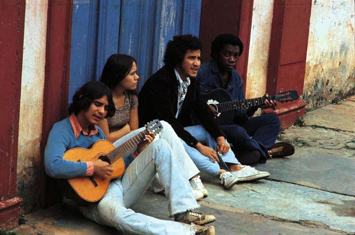 Juvenal Pereira fotografou, em 1974, Lô Borges, Márcio Borges e Milton Nascimento em Diamantina, Minas Gerais.  Veja mais em: http://semioticas1.blogspot.com/2012/03/o-clube-da-esquina.html