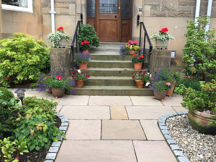 Front garden in Kirklee, Glasgow with natural stone paving ...
