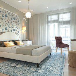 Студия LESH | На стене у изголовья кровати молдинги обрамляют обои с нежным цветочным принтом, который объединяет в себе всю палитру цветов присутствующих в комнате.