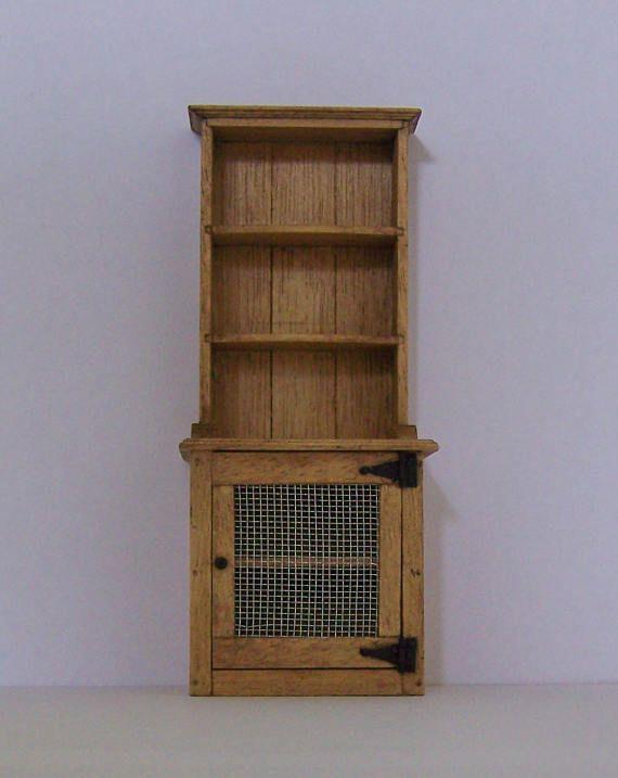 Esta cómoda miniatura es mi última pieza artesanal 1/12 escala de muebles. Basado en un aparador de cocina victoriana con un panel de la puerta mallada dando la oportunidad de utilizar el armario del fondo como un alimento seguro. Está muy bien detallado y construida utilizando juntas de mortaja y espiga de miniatura, esta pieza miniatura tan fuerte como un aparador de tamaño completo. Yo he terminado en mancha roble clara y barniz mate. Tamaños:-6(152mm) alta x 2-1/2 (61 mm) ancho ...