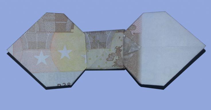 Eine Geldschein-Fliege aus 50 Euro gefaltet  Die Fliege ist sehr einfach zu falten - auch für Origami-Anfänger geeignet!  Wie es geht, lesen Sie hier: http://geld-origami.de/fliege-aus-geldschein-falten/1187