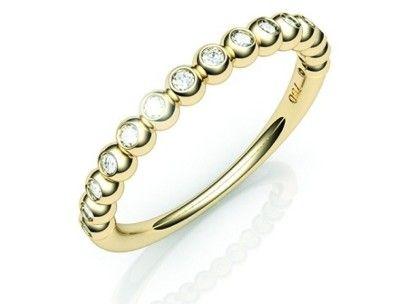 Aliança Fairy em ouro 18K e diamantes. Uma joia de design inovador e especial, seu aro encapsula os 15 diamantes com janelas redondas.