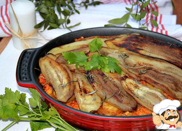 """""""Musaca cu orez, cartofi și vinete"""" este o mâncare vegetariană foarte delicioasă, aromată și consistentă, perfectă pentru toată familia. Această rețetă practic nu conține sare și are doar puțin rozmarin pentru aromă, însă cât de fantastic este rezultatul! Încercați și convingeți-vă cât de delicioasă este! Poftă bună să aveți! Echipa Bucătarul.tv vă dorește poftă bună …"""