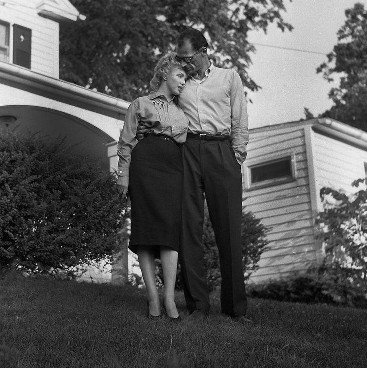 #1956. Après avoir donné une conférence de presse Marilyn Monroe et l'écrivain Arthur Miller ont annoncé leur mariage puis se sont réfugiés dans la maison de l'écrivain. Ils resteront mariés 5 ans . Photo : Paul Slade / @ParisMatch_magazine by parismatch_vintage