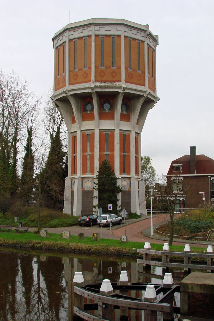 Water tower of Leiden, Zuid-Holland, Netherlands. (Photo: Carel van der Lippe). De Leidse watertoren is ontworpen door architect W.C. van Manen en werd gebouwd in 1908. Hij is gelegen nabij de Wilhelminabrug over de Vliet aan de Hoge Rijndijk. De toren is 29,5 m hoog en heeft één waterreservoir van 1200 m3. De toren heeft de status rijksmonument en staat ook bekend als de eerste watertoren met een skelet van gewapend beton. Sinds 1993 is hij buiten gebruik.