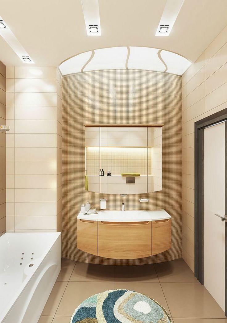 Kreatív világítás, szép burkolatok, látványos beugró polcok és fürdőkád egy közepes méretű fürdőszobában