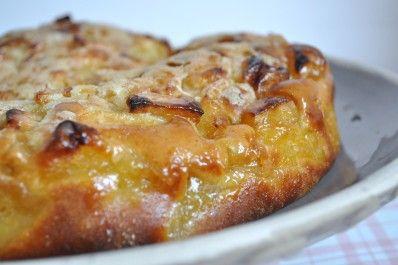 Moelleux aux pommes et sa croute croustillante -( 3 pommes boskoop reine des reinettes 250 de farine 1cc de levure 3 sachets de sucre vanillé 3 cs de huile 50g de beurre 50g de sucre 90g de lait 70g de sucre 2 oeufs et 30 mn )