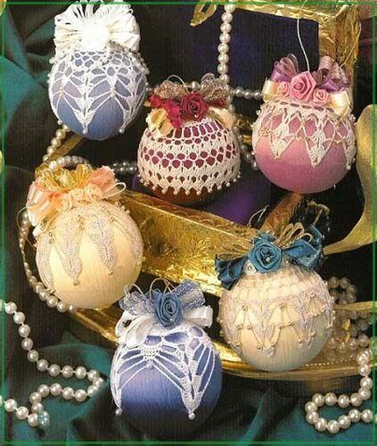 обвязанные елочные шары с бусинами