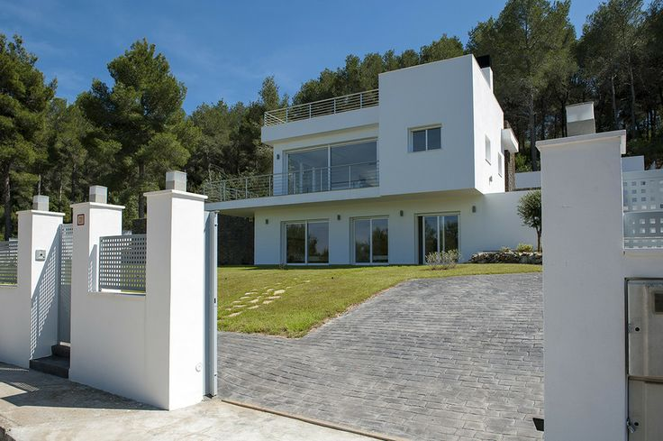 850.000 €. New key ready modern luxury detached villa on a 1000m2 plot with great views of the Bay of Javea and Montgo.