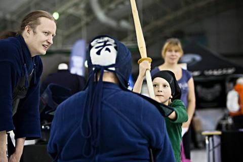 Feel Your Movement 2012 oli menestys. Kendoa kokeili myös Eetu Pulliainen. Vasemmalla opastaa Mika Kinnunen.