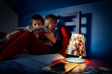 Op de kleurige tafellamp van Philips en Marvel staan de lievelingspersonages van uw kind. Dankzij het zachte, warm witte licht geniet uw kind optimaal van verhaaltjes in bed. De lamp is duurzaam en bestand tegen vallen, dus ideaal voor naast het bed.