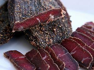 Вяленое мясо — отличная закуска к пиву. Самый важный ингредиент для приготовления этого блюда — терпение